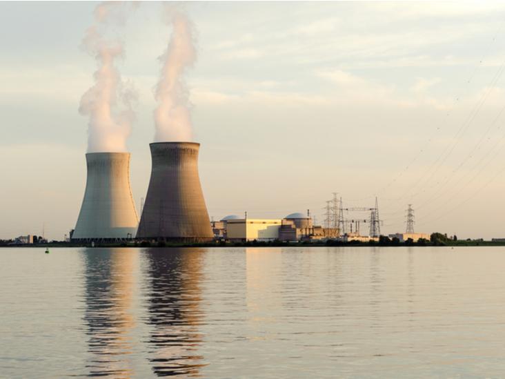 Photo : La centrale nucléaire de Doel, en Belgique. Shutterstock.com